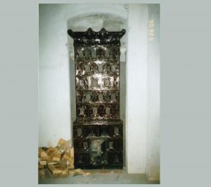 Piec zabytkowy pokojowy z kafli w kolorze ciemnobrązowym bogato zdobiona korona pieca wykonawca Firma ZDUNMAR Marcin Głogowski www.zdunmar.pl