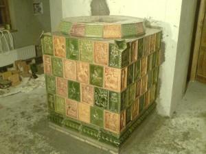Piec kaflowy zabytkowy ze zrekonstruowanych kafli z motywem św. Jerzego, zdjęcie w trakcie budowy, wykonawca pieca : Firma ZDUNMAR Marcin Głogowski www.zdunmar.pl
