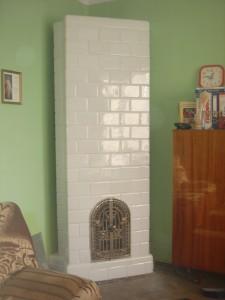 Piec kaflowy biały z kafli typu kwadratel z drzwiczkami frontowymi ażurowymi wykonawca  Firma ZDUNMAR Marcin Głogowski www.zdunmar.pl
